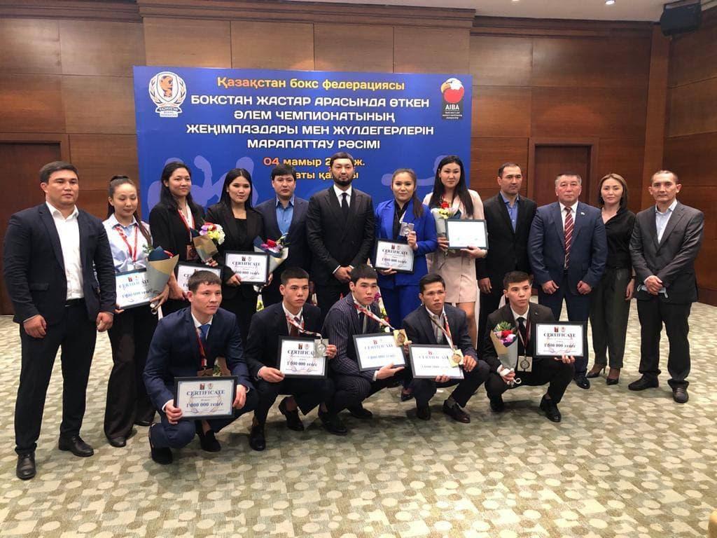 Кенес Ракишев и призеры молодежного чемпионата по боксу 2021