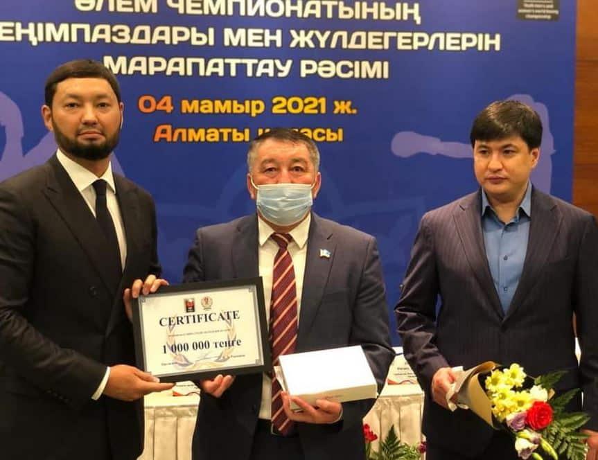 Кенес Ракишев вручает денежные сертификаты спортсменам и тренерам